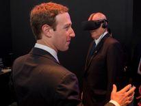 Mark Zuckerberg gives Peru's president a VR demonstration