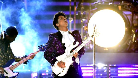 Mars rocked a purple Prince-inspired suit for the tribute