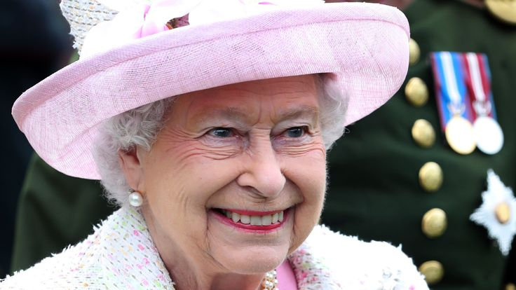 EDINBURGH, SCOTLAND - JULY 4: Queen Elizabeth II attends the annual garden party at the Palace of Holyroodhouse on July 4, 2017 in Edinburgh, Scotland. (Photo by Jane Barlow - WPA Pool/Getty Images)