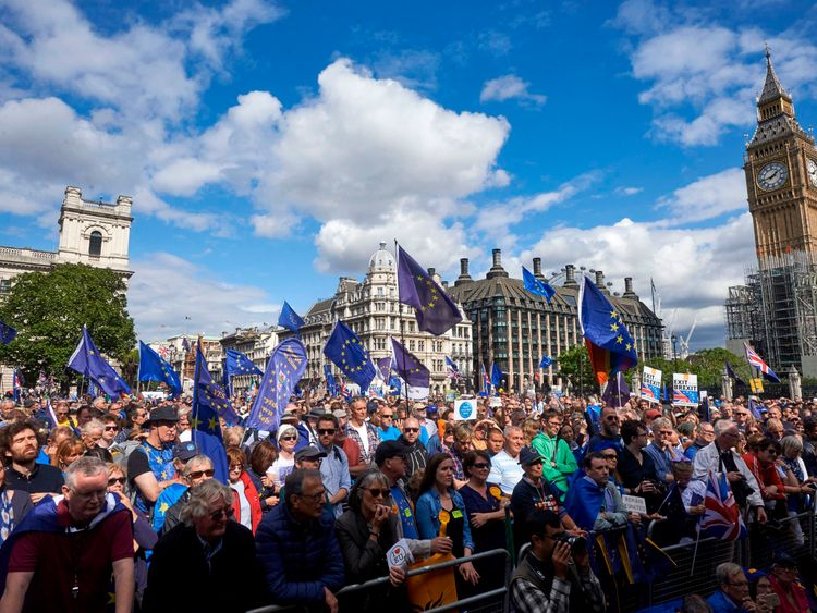 Pro-EU demonstrators rally during the People's March for Europe against Brexit in parliament square in central London on September 9, 2017. Thousands joined the pro-EU march calling on politicians to 'unite, rethink and reject Brexit'. / AFP PHOTO / NIKLAS HALLE'N (Photo credit should read NIKLAS HALLE'N/AFP/Getty Images)