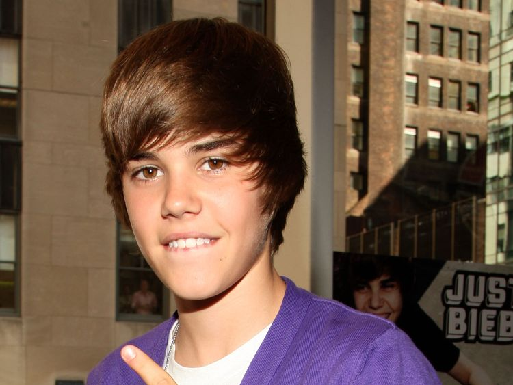 NEW YORK - SEPTEMBER 01: Musician Justin Bieber visits the Nintendo World Store on September 1, 2009 in New York City. (Photo by Bryan Bedder/Getty Images)