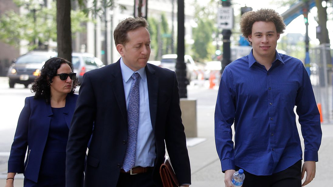 Marcus Hutchins (R) the British cyber security expert accused of creating and selling malware that steals banking passwords arrives with his lawyers Marcia Homann (L) and Brian Klein (R) at US Federal Courthouse on August 14, 2017 in Milwaukee, Wisconsin. / AFP PHOTO / Joshua Lott (Photo credit should read JOSHUA LOTT/AFP/Getty Images)