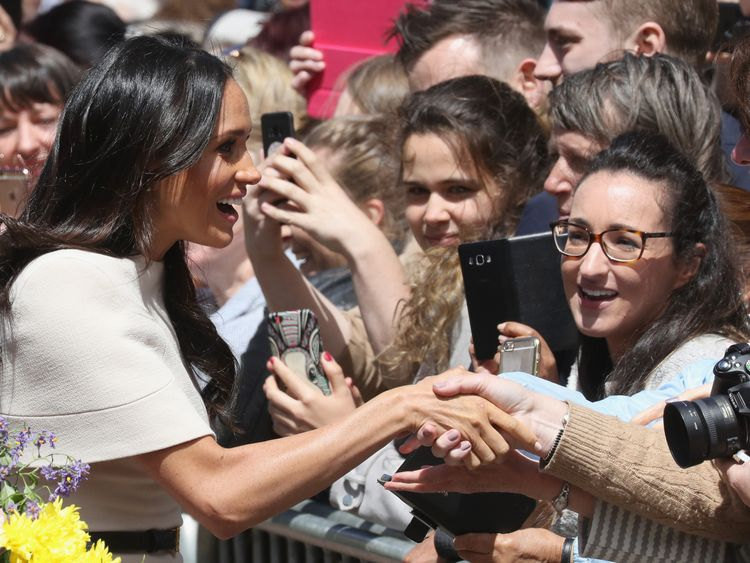 Meghan did not wear gloves to meet the public