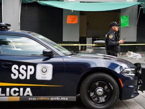 A police officer stands guard at the Plaza Garibaldi square in downtown Mexico City on September 15, 2018 a day after gunmen dressed as mariachi musicians killed four people and wounded nine others. - The five assailants carried out the shootings shortly before 10pm on Friday (0300 GMT Saturday) in the busy Plaza Garibaldi -popular with foreign tourists. Neither the motive for the attack nor the identities of the gunmen were known, but the area is located near the Tepito neighbourhood, where a c