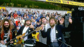 Chas and Dave perform at Keith Burkinshaw's testimonial at White Hart Lane in London in 1984