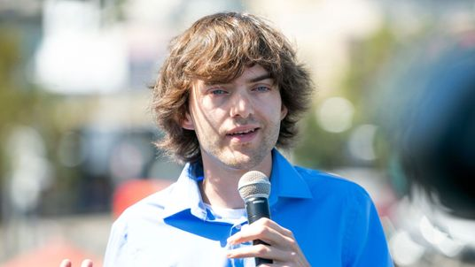 Dutch inventor and CEO of The Ocean Cleanup Boyan Slat speaks to members of the media before System 001 is towed out of the San Francisco Bay in San Francisco, California on September 08, 2018