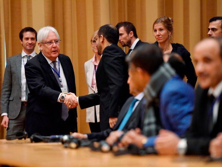 Martin Griffiths (L) shook hands with Yemeni delegates as the talks prepared to start